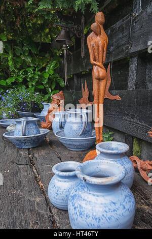 Giethoorn, Niederlande – 29. Juni 2016: Dekorative Elemente auf dem Regal im Garten Schatten. - Stockfoto