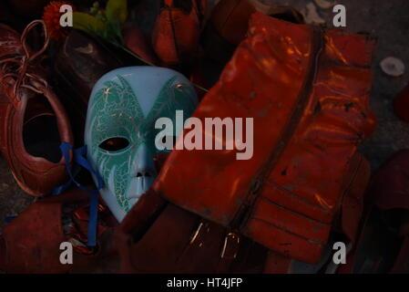 Madrid, Spanien. 6. März 2017. Eine Maske und mehrere rote Schuhe in Erinnerung an die Frauen starben deren in Spanien - Stockfoto