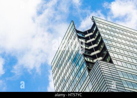Blaues Bürogebäude in Akabanebashi Gegend von Tokio in Japan - Stockfoto