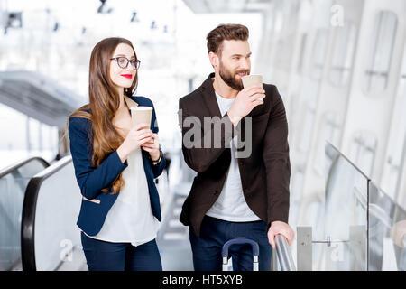 Business-paar am Flughafen