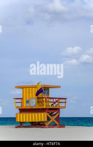 Art-Deco-Rettungsposten punktieren die Landschaft von Miami Beach, Florida in der South Beach Gegend an einem sonnigen - Stockfoto