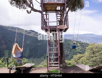 Banos Ecuador am 18. November 2015: Touristen genießen die Riesenschaukel auf das Baumhaus Casa del Arbol in den - Stockfoto
