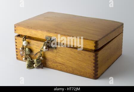 Schöne Vintage Holzbox mit Herz und Perle Halskette isoliert auf weißem Hintergrund - Stockfoto
