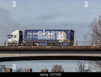 Speichert Tesco Lieferwagen Lager zu verteilen. Reisen durch die Midlands. - Stockfoto