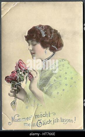 Eine Postkarte gedruckt in Deutschland, zeigt ein Porträt einer schönen Frau mit Rosen. Die Inschrift in deutscher - Stockfoto