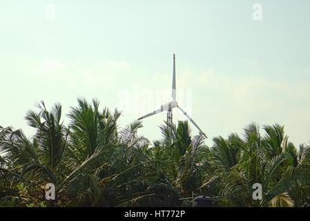 Alternative Energiequellen 8. Windpark im indischen Provinz Kerala. Viele Wind-Generatoren stehen gegenüber bergiges - Stockfoto