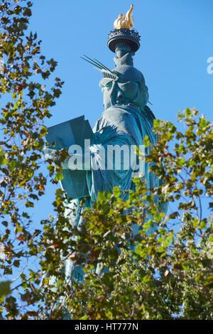 Freiheitsstatue in einem sonnigen Tag, durch die Bäume - Stockfoto