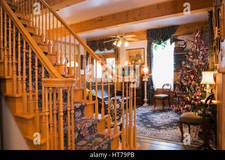 ... Elegante Holztreppe Und Wohnzimmer Mit Weihnachtsbaum In Einem 1904  Altes Haus Im Viktorianischen Stil Eingerichtet.