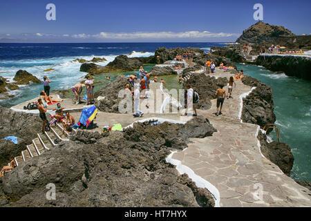 Natürliche Fels-Pools an der Küste der Stadt Garachico im Norden der Kanarischen Insel Teneriffa, Spanien - Stockfoto