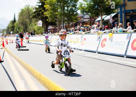 Ein Junge Rassen Breckenridge Grand Vacations Strider Rennen auf der Main Street - Stockfoto