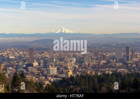 Mount Hood Blick mit City of Portland Oregon Innenstadt Stadtbild tagsüber Blick - Stockfoto