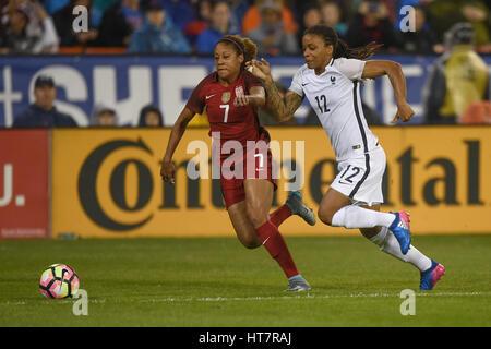 Washington DC, USA. 7. März 2017. Frankreichs Elodie Thomas (12) und den USA Casey Short (7) Kampf um den Ball während - Stockfoto