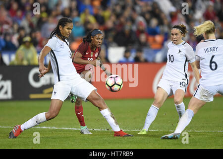 Washington DC, USA. 7. März 2017. USAS Crystal Dunn (19) treibt den Ball vorbei an französischen Verteidiger während - Stockfoto