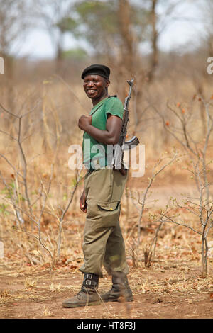 Wildhüter mit Pistole, Mosi-Oa-Tunya Nationalpark, Livingstone, Sambia - Stockfoto