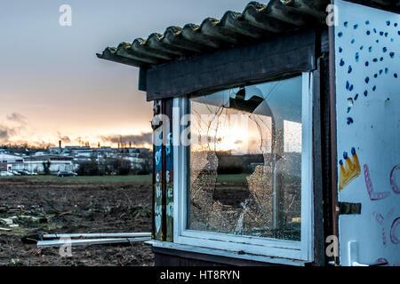 Gruselig dunklen verlassenen destruktiven schmutzig Altbau mit zerbrochenen Fensterscheiben Sonnenuntergang