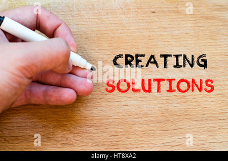 Menschliche Hand über hölzerne Hintergrund und erstellen Lösungen Textkonzept - Stockfoto