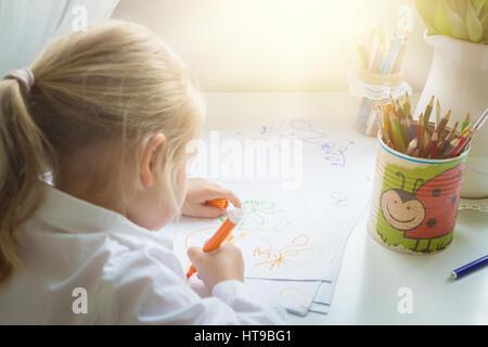 Kreativität Konzept. Kleines Mädchen Zeichnung - Stockfoto