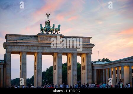Berlin. Deutschland. Das Brandenburger Tor bei Sonnenuntergang. - Stockfoto