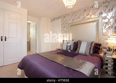 ... Wohngebäude, Schlafzimmer Dekoriert In Lila Und Silber, Wand, Silberne  Tapete, Blumenmuster,