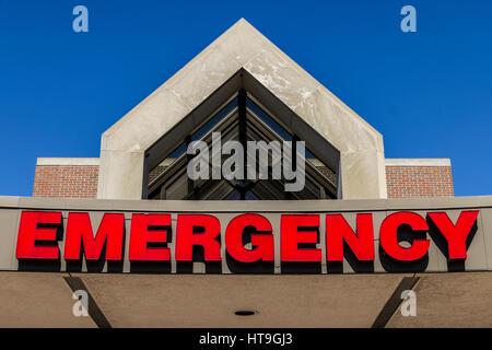 Rot Notfall Ortseingangsschild für ein lokales Krankenhaus XVII - Stockfoto