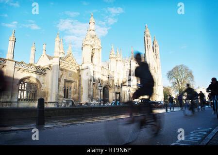 Rush Hour in Cambridge vor Kings College, als Fahrrad-Studenten und Pendler-Zyklus auf der Straße und aus der Bewegung - Stockfoto