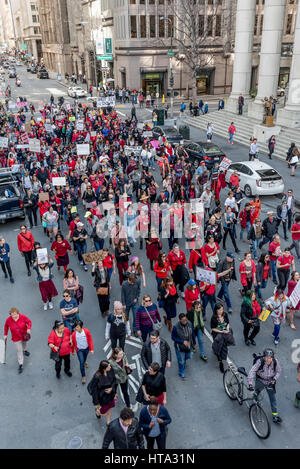 San Francisco, USA. 8. März 2017. Demonstranten marschieren durch San Francisco in Richtung ICE Sitz Trumps Abschiebung - Stockfoto