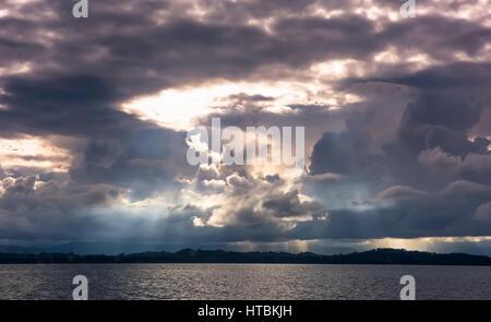 Die Sonne scheint durch einige dunkel und bedrohlich am Nachmittag Wolken über dem Festland in der Nähe von Bocas - Stockfoto