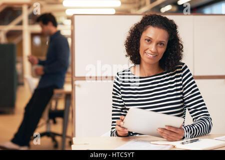 Porträt einer lächelnden Geschäftsfrau sitzen an einem Schreibtisch in einem modernen Büro arbeitet auf einem digitalen - Stockfoto
