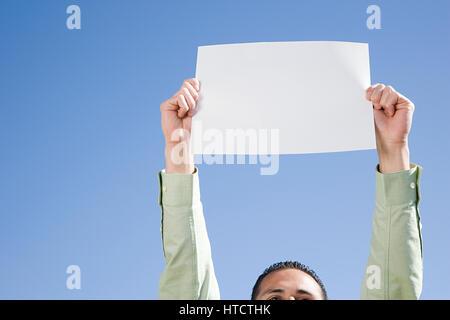 Man Betrieb Stück Papier - Stockfoto