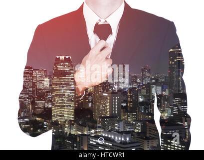 Doppelbelichtung Geschäftsmann im Anzug, die Krawatte zu binden, gegen die Stadt isoliert auf weißem Hintergrund - Stockfoto