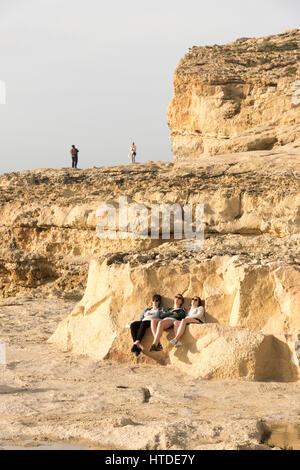 Dwerja Gozo, Malta. 10. März 2017. Touristen besuchen die Stelle, wo der berühmte Azure Window oder Dwerja Fenster - Stockfoto