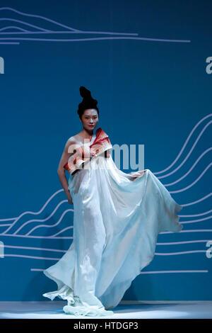 Peking, China. 10. März 2017. Ein Modell stellt eine Kreation von Dr. Chu Yan am Beijing Institute of Fashion Technology - Stockfoto