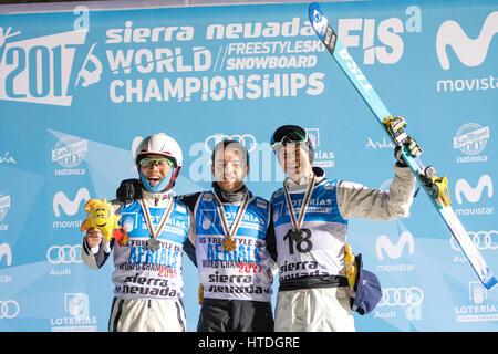 Sierra Nevada, Spanien. 10. März 2017. Guangpu Qi (China, 2.), Jonathon Lillis (USA, 1.) und David Morris (Australien, - Stockfoto