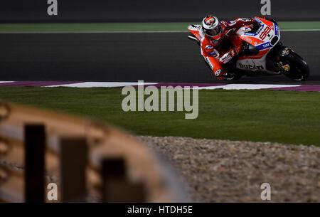 Doha. 10. März 2017. Ducatis Spanier Jorge Lorenzo findet eine Ecke während der Vorsaison-Test auf dem Losail International - Stockfoto