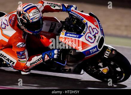 Doha. 10. März 2017. Ducatis Italiener Andrea Dovizioso nimmt eine Ecke während der Vorsaison-Test auf dem Losail - Stockfoto