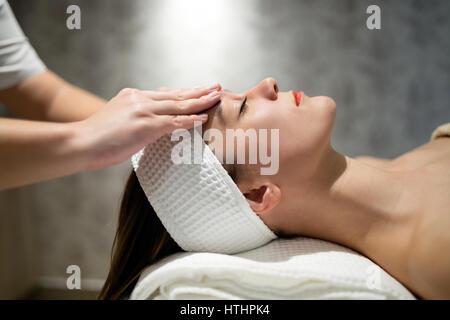 Frau genießen, Haut und Gesicht Behandlung und massage - Stockfoto