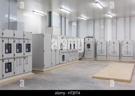 Elektrische Steuerung Kabinett Umspannwerk in eine neue Fabrik-Anlage. - Stockfoto