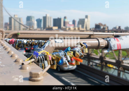 Liebesschlösser auf der Brooklyn Bridge, Manhattan, New York City, USA - Stockfoto