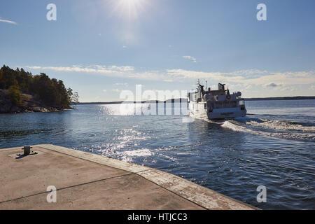 Fähre, die die Insel Grinda, Stockholmer Schären, Schweden, Skandinavien - Stockfoto