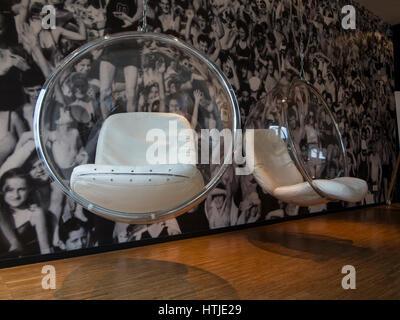 Zwei Blase Stühle in einem trendigen hotel - Stockfoto