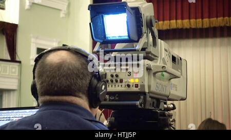 Kiew, Ukraine - 11. Januar 2017: Kameramann bereitet sich auf Bühnen-Performance mit einer großen TV-broadcast-Kamera - Stockfoto