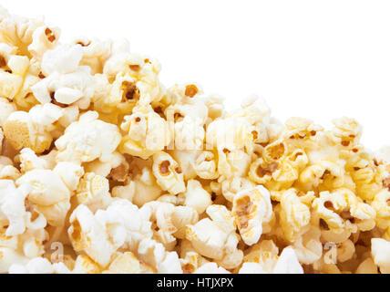 Haufen von Popcorn auf weißem Hintergrund - Stockfoto