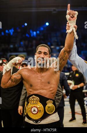 Ludwigshafen, Deutschland. 11. März 2017. Demetrius Andrade feiert seinen Sieg und World Champion Titel nach WBA - Stockfoto
