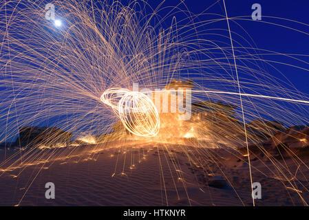 Brennenden Stahl Wolle spinnen. Duschen von glühenden Funken aus Stahl Wolle spinnen - Stockfoto