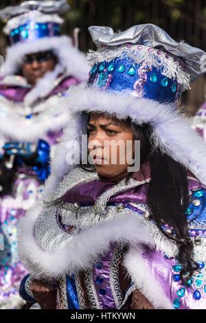 Frau in einem durchdachten Kostüm marschiert in La Vega Karnevalsumzug.  Die erste dokumentierte Karneval in, was - Stockfoto