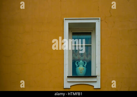 Fenster mit einer Vintage Vase auf die gelbe Wand - Stockfoto