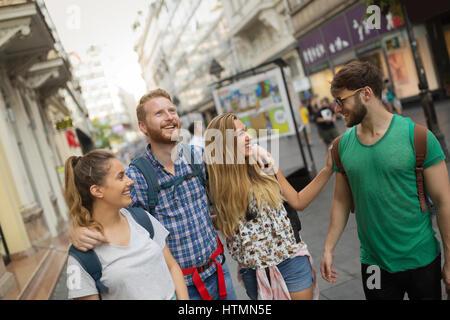 Glückliche junge Menschen Spaß im Freien und lächelnd - Stockfoto