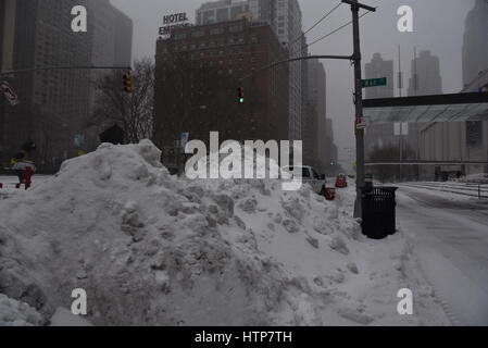 Lincoln Center Plaza, Manhattan, New York, USA. 14. März 2017. Starken Schneesturm Stella knallt Nordosten der USA. - Stockfoto