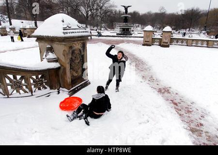 New York, Vereinigte Staaten. 14 Mär, 2017. Jugendliche werfen Schneebälle, nachdem Sie einen Wäschetrockner beim - Stockfoto