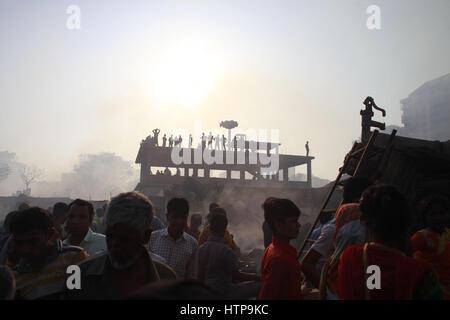 Dhaka, Bangladesch. 16. März 2017. Krähte Raffungen an den verbrannten Korail Slum in Dhaka, Bangladesch, 16. März - Stockfoto